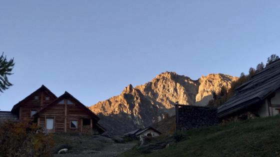 Les chalets de Buffère sous la Tour Noire et la Pointe de Buffère au lever du soleil.