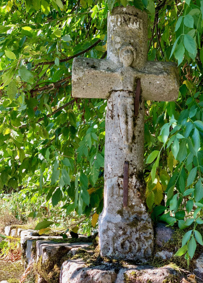 Belle croix sculptée ...