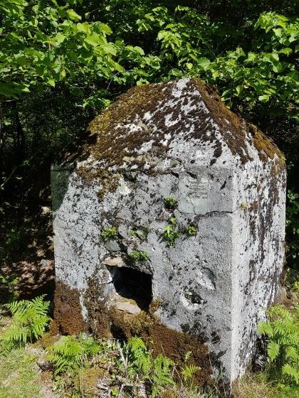Construction carrée en pierre...
