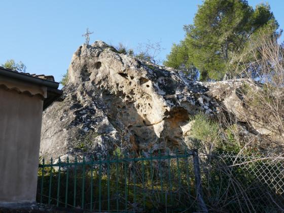 En bas du chemin de Font-Vive, bel affleurement de grès d'Evenos