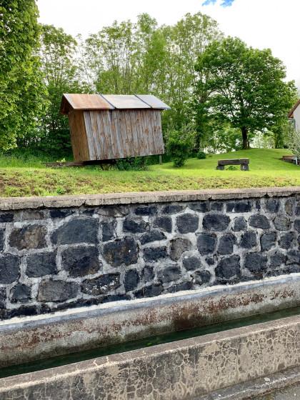 Fontaine et ancienne roulotte ...