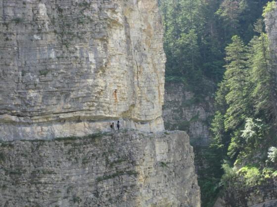 Un sentier taillé dans la roche