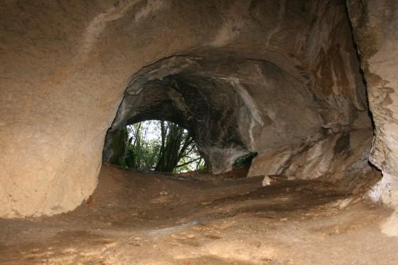 6- Vue de l'intérieur vers le porche de la Crèque Noèle