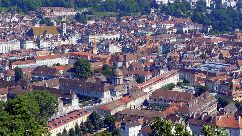 Photo besan on les vieux toits for Piscine besancon
