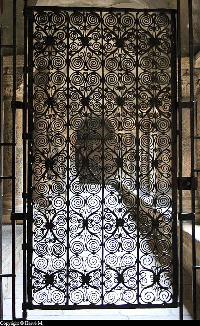 photo grille en fer forg du clo tre de la cath drale du puy en velay. Black Bedroom Furniture Sets. Home Design Ideas