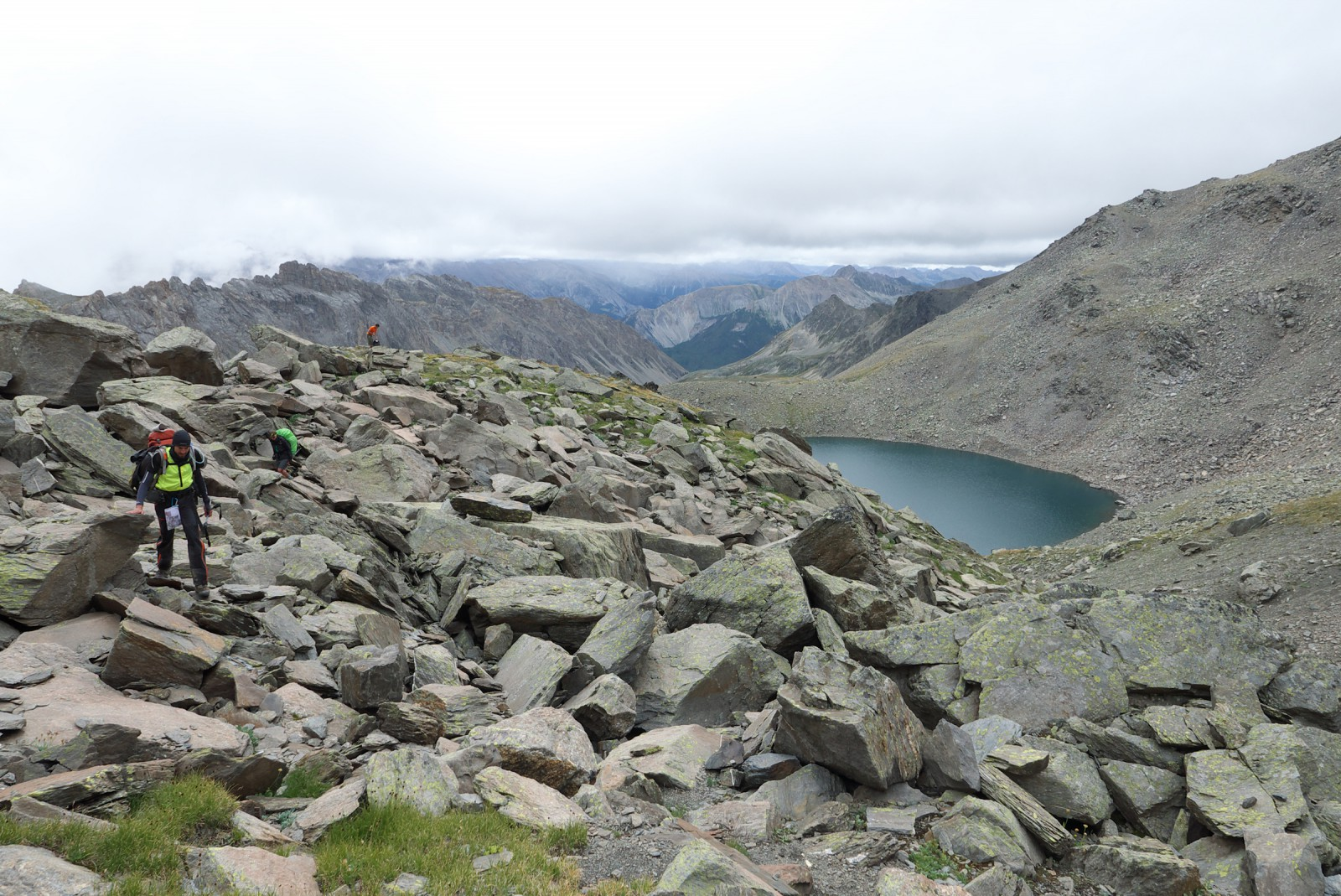 Photo passage dans les gros blocs au nord du lac blanc - Gros vers blancs dans le compost ...