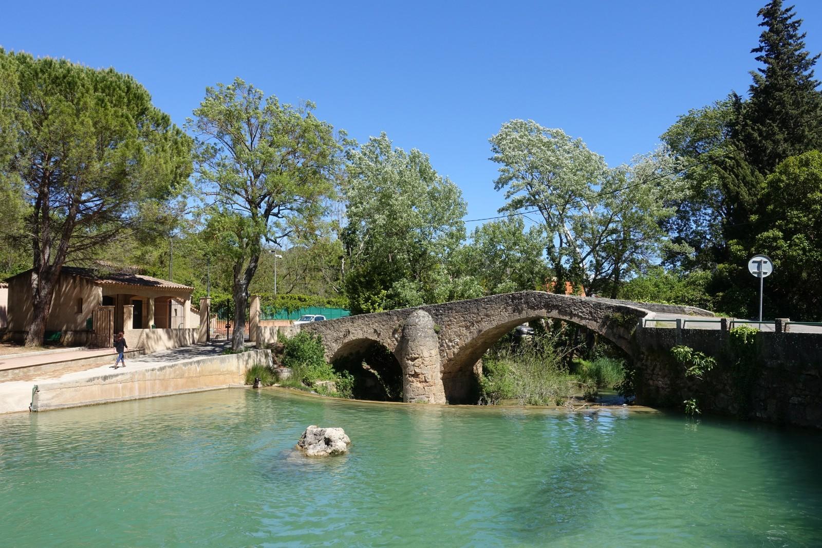 Photo pont romain et piscine de salernes for Piscine sollies pont