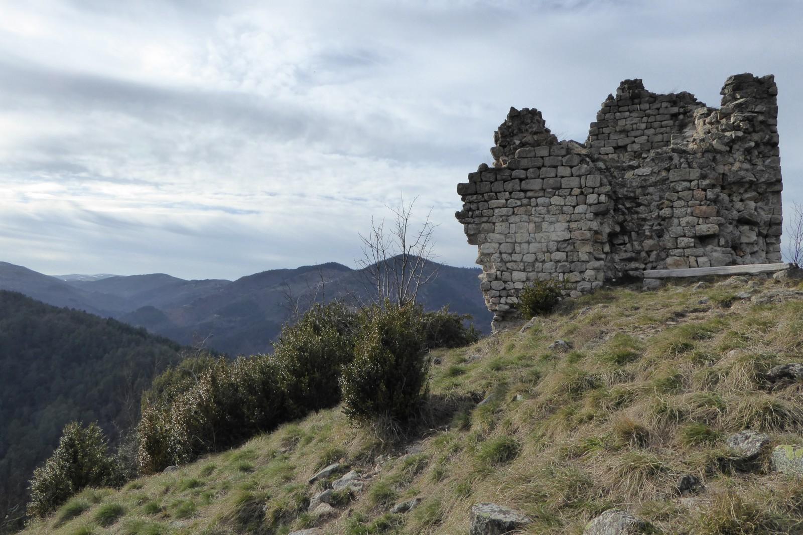 Photo vestiges du ch teau de montagut - Saint sauveur de montagut office du tourisme ...
