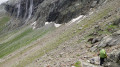 A la sortie de la barre rocheuse un seule trace évidente, celle qui va sous les cascades en direction du Col du Grand Marchet
