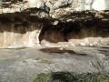 Abri sous surplomb rocheux le long de la vire (balcon)