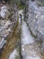 Amenée d'eau taillée dans la roche