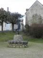 Banc circulaire en maçonnerie devant l'église