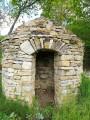 Cabotes et autres édifices en pierre du village bourguignon d'Agey