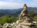 Cairn et vue dans la montée non loin du col de Bartouyre