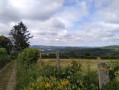champs et vue sur le lac de pannecière