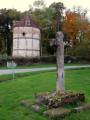 Croix et pigeonnier à Briantes