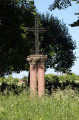 Croix posée sur deux piliers en marbre