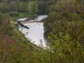 En dominant la rivière.