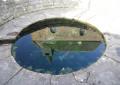Fontaine de Floursies avec reflet dans l'eau