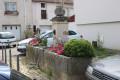 Fontaine de la place au bord de la rue du Faulx