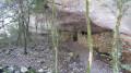 Grotte avec mur de pierre
