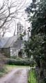 L'église Saint-Laurent dans son écrin de verdure un peu sauvage