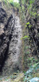 La au pied de la cascade asséchée