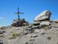 La croix sommitale et le petit bunker