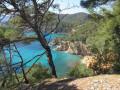 La magique eau vert-bleu depuis le sentier du littoral