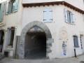 La maison des pélerins et le passage vers le puits banal