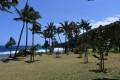 La plage et l'aménagement en gazon sur l'arrière