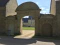 La porte d'entrée de la ferme-manoir de Cacharat