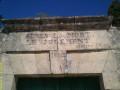 Le linteau du portail du cimetière de Salinelles