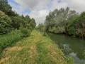 Le long du cours d'eau