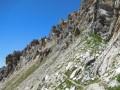 Le sentier à flanc de pente, sous les roches dolomitiques