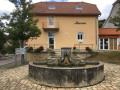 Mairie et fontaine à Villas-sous-Ecot