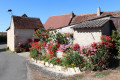 Massif de fleurs et girouette originale à Villiers