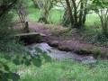 Passerelle rustique sur le ruisseau