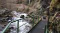 Petite passerelle qui longue la rivière