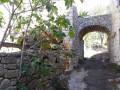 Porche dans le hameau 'Les Divols'