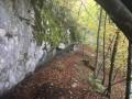 sentier en direction de la grotte du poucey