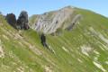 Sentier serpentant en crête vers le sommet
