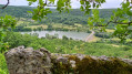 Vue sur la digue du plan d'eau du Causse